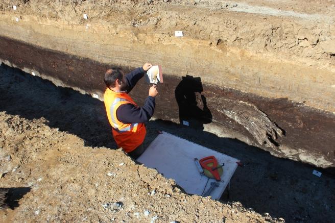 De bodemlagen worden uitgebreid beschreven en geregistreerd.